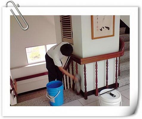 清潔工作擦拭樓梯欄杆實況